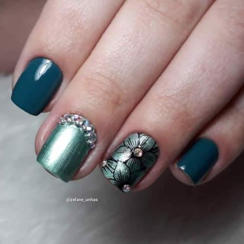 unhas decoradas com pedras verdes