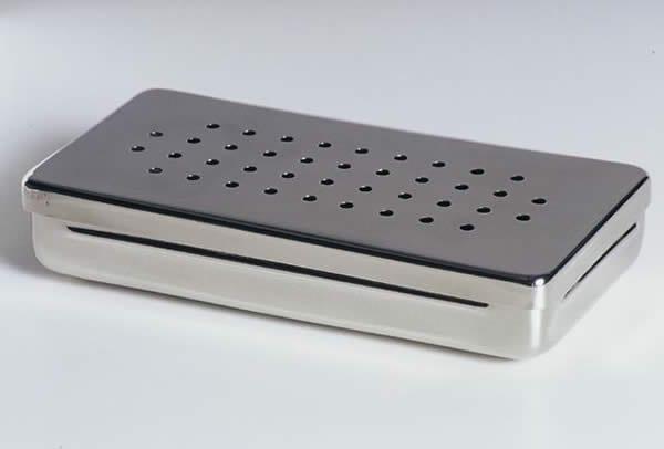 caixa ou recipiente de metal que vai dentro da estufa durante a esterilização