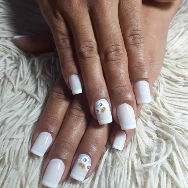 unhas decoradas acrigel brancas com francesinha filha única strass flores