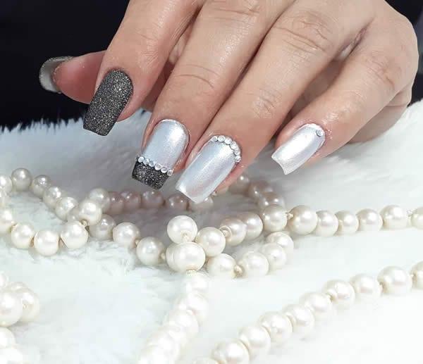 unhas decoradas acrigel com pedras preto com glitter prata