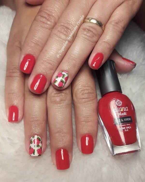 unhas decoradas vermelhas curtas com filha única branca com flor de adesivo
