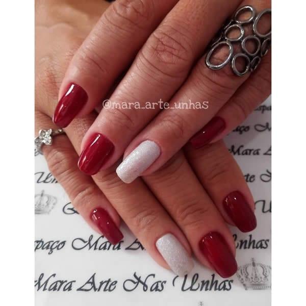 unhas decoradas vermelhas com filha única glitter branco