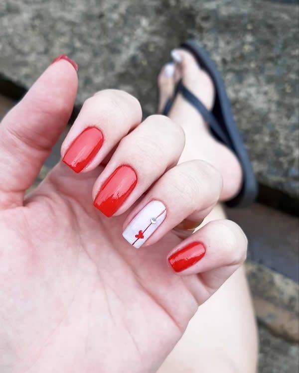 unhas decoradas vermelhas com filha única branca com adesivo