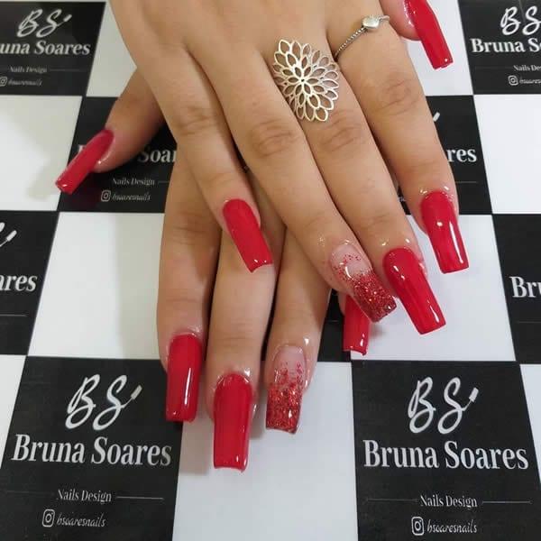 unhas decoradas vermelhas com filha única degradê de glitter vermelho