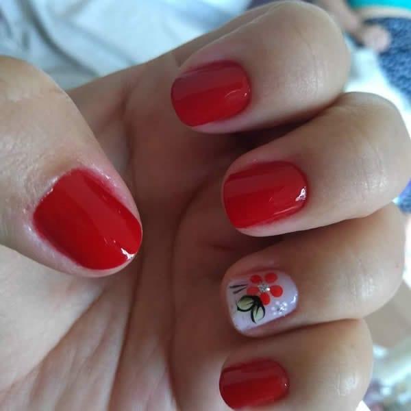 unhas decoradas vermelhas com filha única com flor simples
