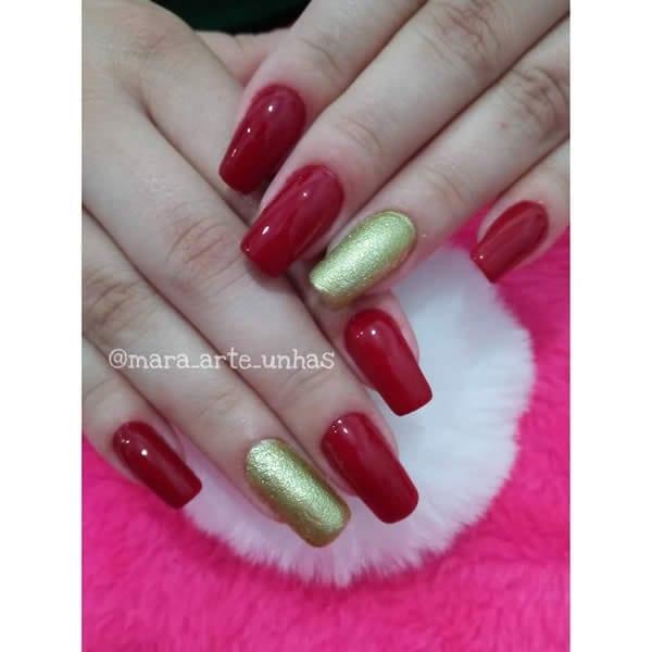 unhas decoradas vermelhas com filha única com glitter dourado