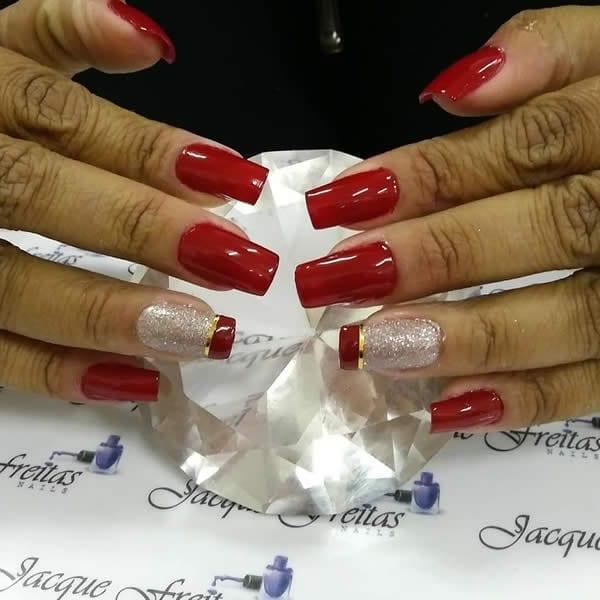 unhas vermelhas com francesinha grossa