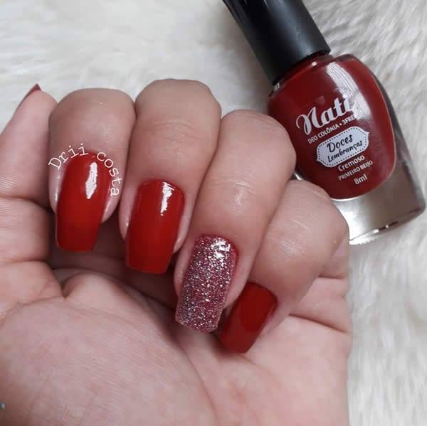 unhas vermelhas com filha única glitter
