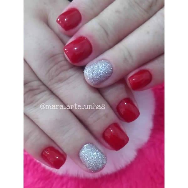 unhas vermelhas com filha única prata