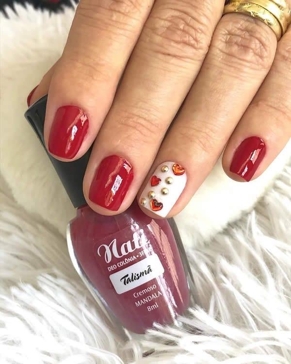 unhas vermelhas com filha única de pedrinhas
