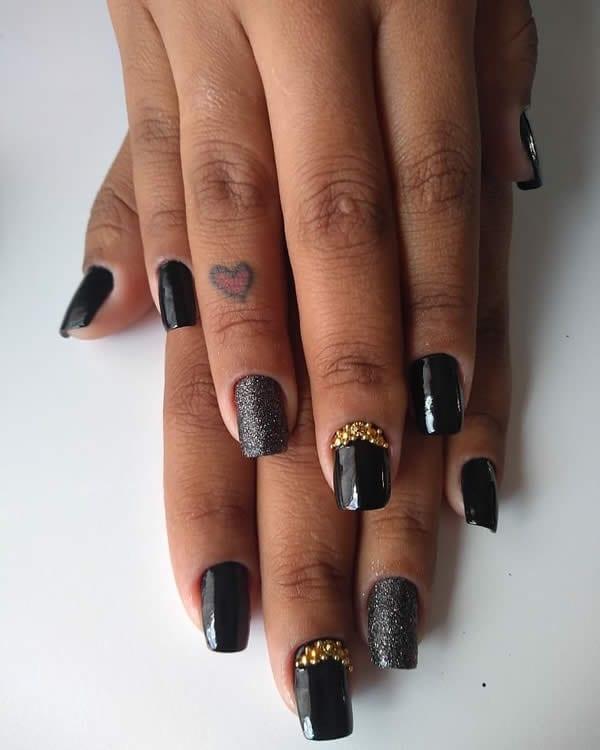 unhas decoradas pretas gêmeas com pedras e glitter