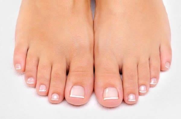 como clarear as unhas dos pés