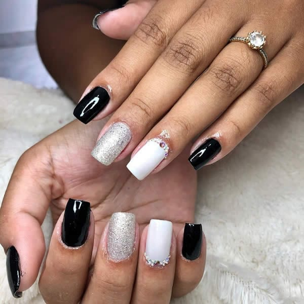 unhas preto e branco