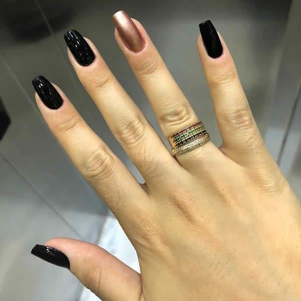 unhas pretas com rosê gold