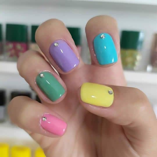 unhas curtas decoradas multicolor