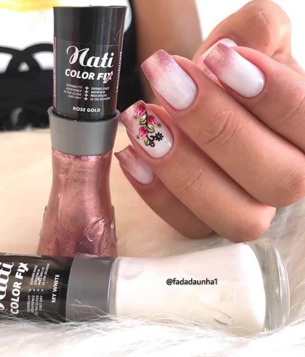 unhas decoradas brancas com rosa metálico