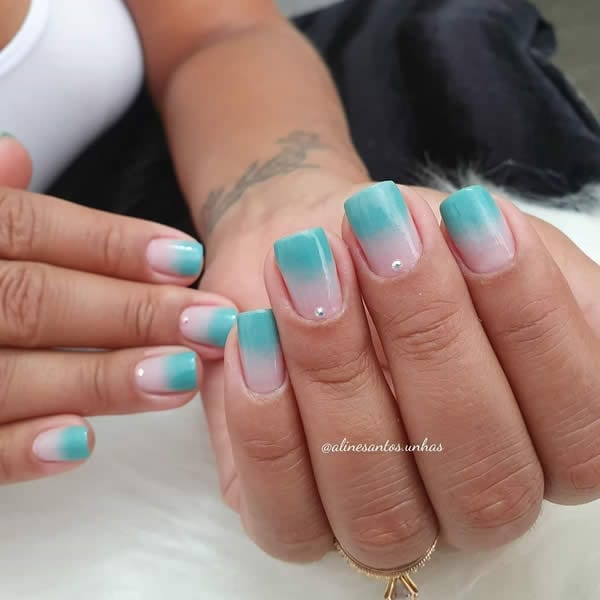unhas decoradas 2020 degradê de nude com azul claro e strass