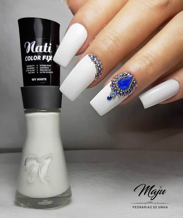 unhas decoradas brancas com pedraria azul
