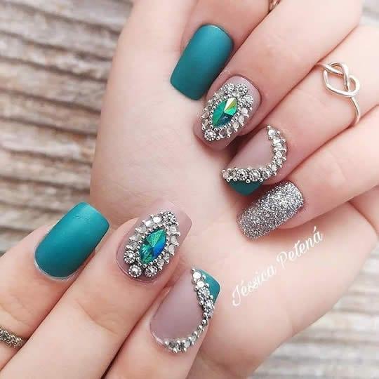 unhas decoradas com joias