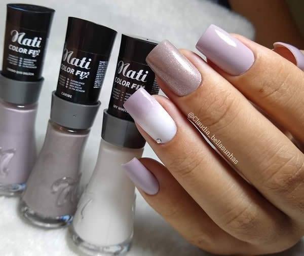 unhas decoradas nude com degrade de branco e uma unha nude cintilante