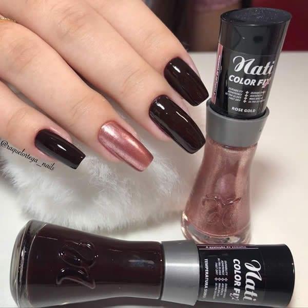 unhas decoradas simples com quatro unhas esmaltadas de vinho e uma esmaltada com rosa metálico rosê gold da coleção Nati Color Fix