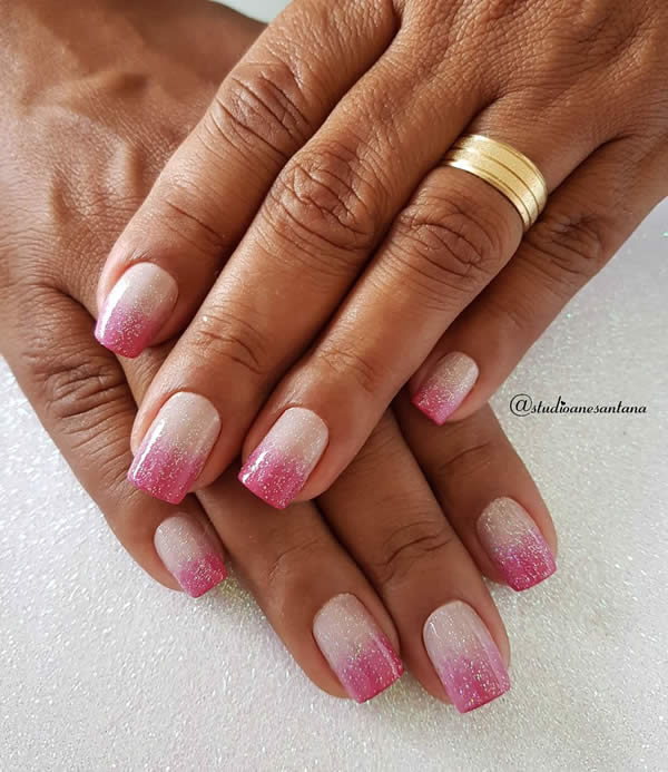 unhas degradê rosa com glitter