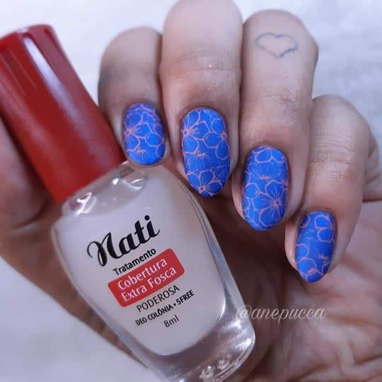 esmaltação fosca com carimbos azuis