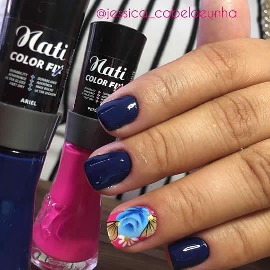unhas decoradas azuis com filha única com flor one stroke azul