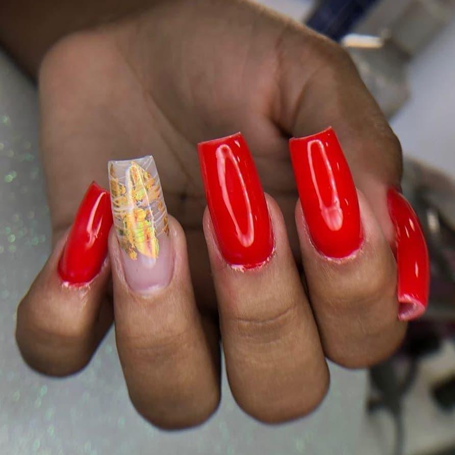 fita foil dourada nas unhas