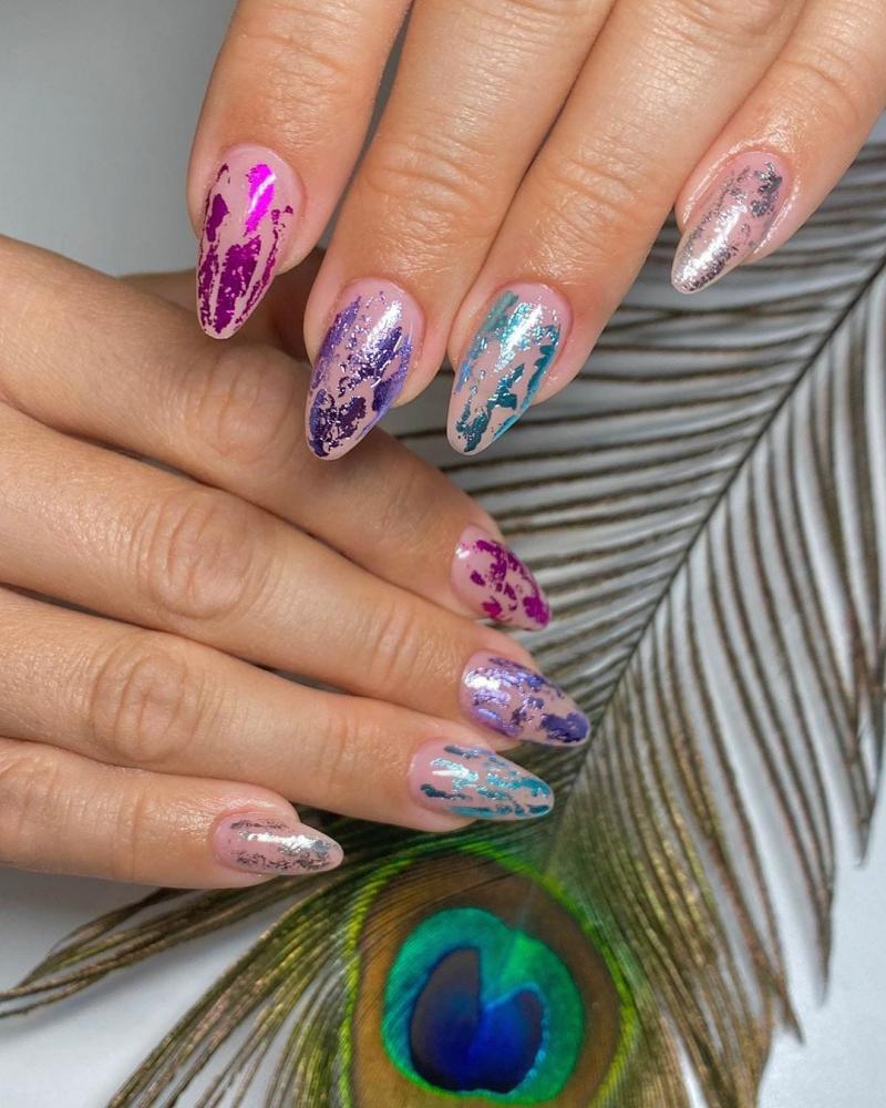 unhas com fita foil multicolor